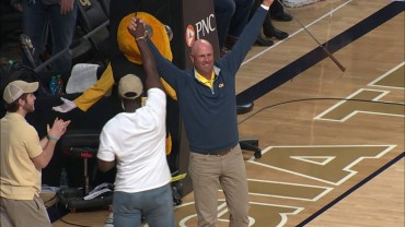 Stewart Cink Drops 94ft Putt at Georgia Tech Basketball Game